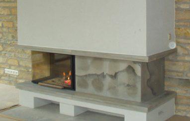 Moderne kamin nurgaklaasiga valge