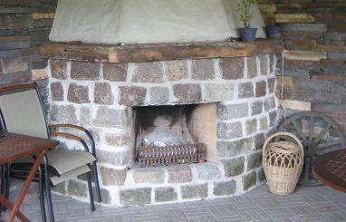 kamin avatud koldega kivist