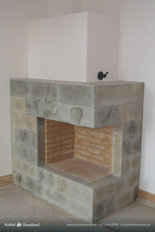 kamin avatud koldega nurgas kivi