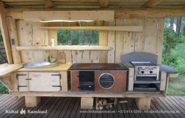 välikamin naturaalse puidu ja grilliga